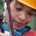 Porträt eines Jungen mit Kletterausrüstung. Inklusive Kletterreise des Indiwi Berlins.